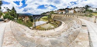 奥赫里德古色古香的古希腊圆形剧场或古董剧院的全景有在奥赫里德和奥赫里德湖老镇的看法在Ma 免版税库存图片