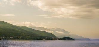 奥赫里德湖和山 免版税图库摄影