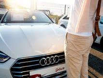 奥迪豪华德国汽车的妇女购物 免版税库存图片