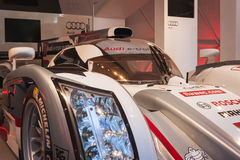 奥迪e-tron在架线的下费斯特的quattro汽车在米兰,意大利 免版税库存图片
