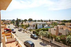奥里韦拉,西班牙2016年6月09日:公寓和别墅游人的在海附近 库存照片