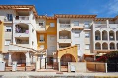 奥里韦拉,西班牙2016年6月09日:公寓和别墅游人的在海附近 库存图片