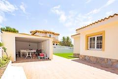 奥里韦拉,西班牙2016年6月03日:游人的公寓在海附近在西班牙 库存图片
