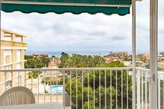 奥里韦拉,西班牙2016年6月03日:游人的公寓在海附近在西班牙 库存照片