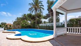 奥里韦拉,西班牙2016年6月03日:游人的公寓在海附近在西班牙 图库摄影