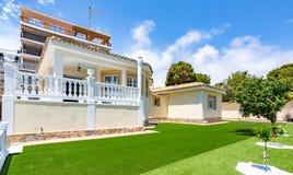 奥里韦拉,西班牙2016年6月03日:游人的公寓在海附近在西班牙 免版税图库摄影