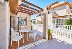 奥里韦拉,西班牙2016年6月06日:游人的公寓在海附近在西班牙 免版税图库摄影