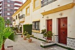 奥里韦拉,西班牙2016年6月06日:游人的公寓在海附近在西班牙 免版税库存照片