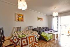 奥里韦拉,西班牙2016年6月06日:游人的公寓在海附近在西班牙 免版税库存图片