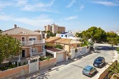 奥里韦拉,西班牙2016年6月06日:游人的公寓在海附近在西班牙 库存图片