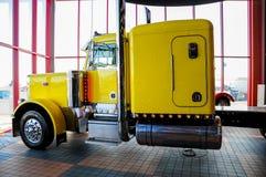 奥马哈,内布拉斯加- 2010年2月24日-黄色Peterbilt 379半卡车在衣阿华80 Truckstop显示了 免版税库存图片
