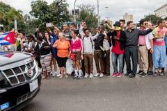 奥巴马汽车队的观众在哈瓦那 免版税图库摄影