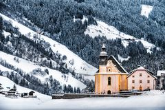 女低音阿迪杰-在雪秋天下的教会白云岩全景霜风景在ridanna谷Val Ridanna在Vipiteno附近-镭 库存图片