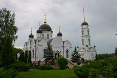 女修道院和庭院在修道院庭院里 库存图片