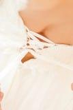 女傧相帮助的新娘 免版税库存照片