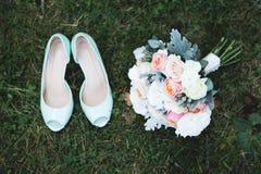 女傧相腿 有她的女朋友的新娘在婚礼聚会的色的美丽的礼服的 免版税库存图片