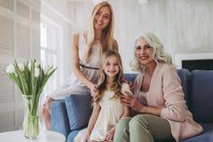 女儿、母亲和祖母在家 免版税库存图片