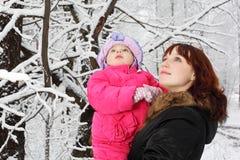 女儿一点森林的查找母亲 免版税库存图片