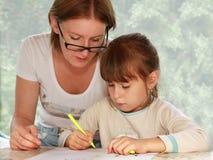 女儿一起图画母亲 免版税库存照片