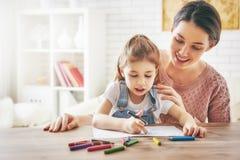 女儿一起母亲油漆 免版税库存图片
