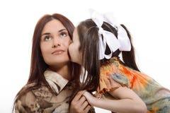 女儿亲吻她的母亲 库存图片