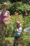 女儿从事园艺的母亲一起 库存图片