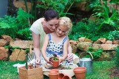 女儿从事园艺的母亲 免版税库存照片