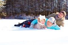 女儿位于的父项下雪他们 免版税库存图片