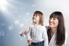 女儿俏丽她的母亲 免版税库存图片