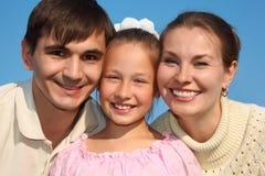 女儿做父母纵向天空 免版税库存图片