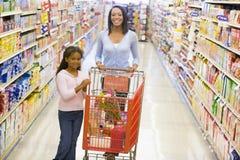 女儿副食品母亲购物 免版税库存照片