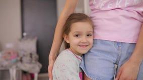 女儿和她的母亲拥抱在家在慢动作 股票视频