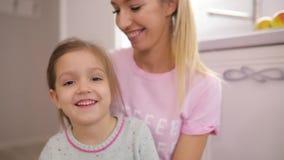 女儿和她的母亲拥抱在家在慢动作 影视素材