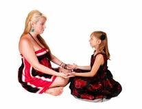 女儿和妈妈使用 图库摄影