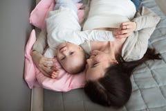 女儿和母亲一起是愉快的,有ba的滑稽的嬉戏的妈咪 库存照片