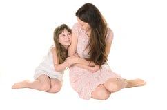 女儿和母亲互相轻轻地沟通 免版税库存图片