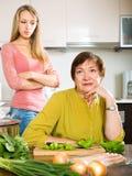 女儿和母亲在争吵以后 免版税库存照片