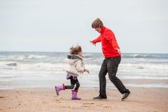 女儿和父亲使用 免版税库存图片