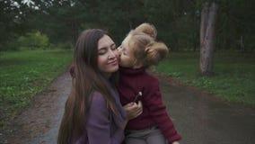 女儿在秋天公园时亲吻她的母亲,当花费时间的他们 股票视频