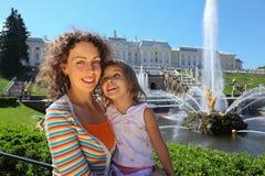 女儿在petergof附近的喷泉母亲 库存图片