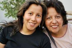 女儿增长的西班牙母亲 免版税图库摄影