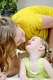 女儿她亲吻的母亲 免版税库存图片