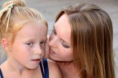 女儿她小的母亲年轻人 免版税库存照片