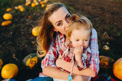 女儿她母亲使用 免版税库存照片