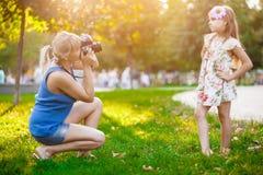 女儿她母亲拍摄 免版税库存图片