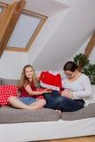女儿她的孕妇 免版税库存图片