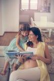 女儿她的孕妇 免版税库存照片