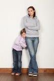 女儿她的家庭母亲害羞的年轻人 免版税图库摄影