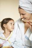 女儿她的小妈妈 免版税图库摄影