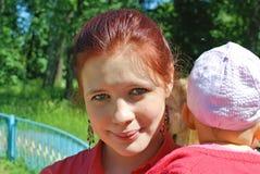 女儿她的小母亲 图库摄影